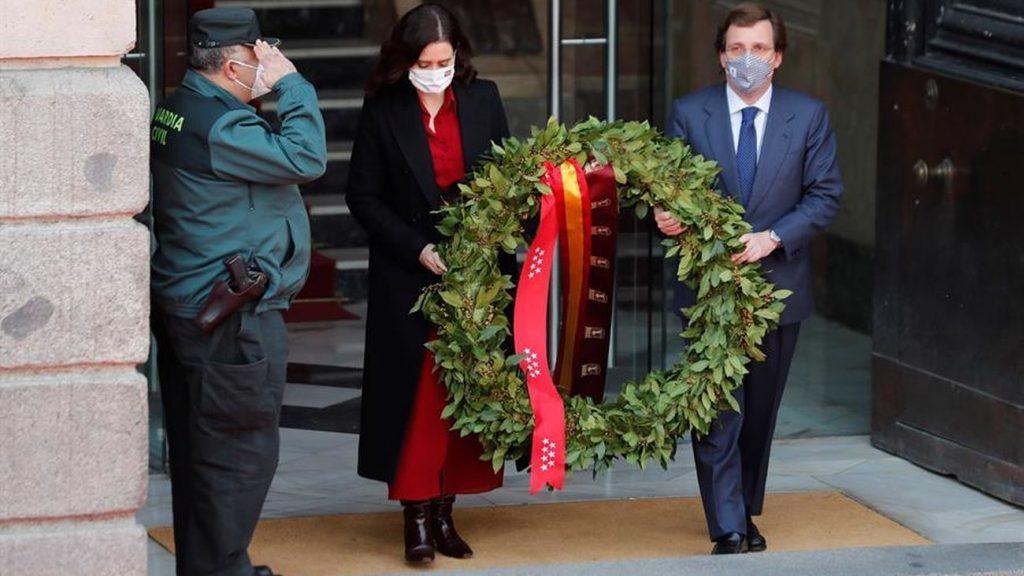 Recuerdan a las víctimas y héroes del 11-M con una corona de laurel en Sol