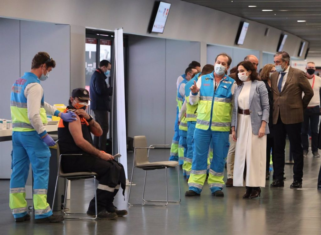 Madrid retomará la vacunación con AstraZeneca a los mayores de 55 años en el Zendal y en el Wanda