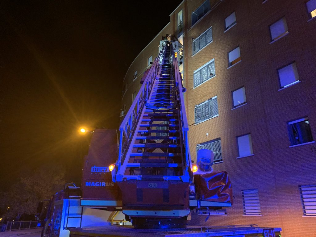 Un incendio en un ático de Tetuán deja a un hombre con la mitad de su cuerpo quemado