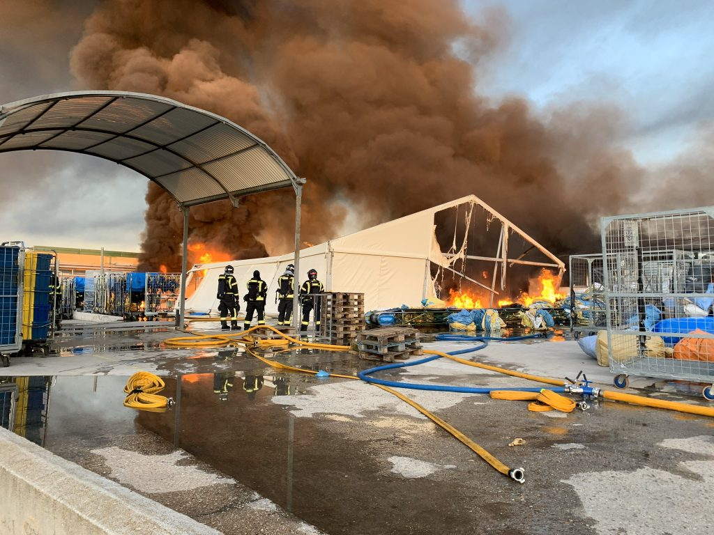 Un gran incendio provoca el colapso de una nave y afecta a otras tres en Montecarmelo