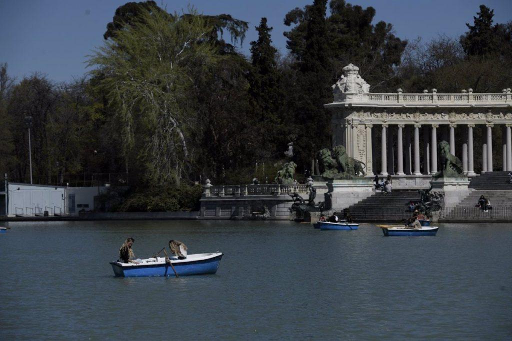 El Retiro y otros ocho grandes parques de Madrid balizan zonas este martes por el fuerte viento