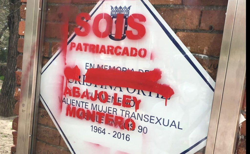 Vandalizan la placa de 'La Veneno' en el Parque del Oeste con pintadas contra la 'Ley Trans'