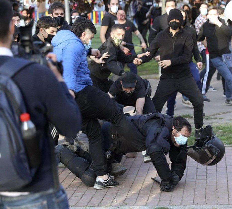 Detienen a 'El Jabalí de Vallecas' por patear a un policía en el suelo tras el acto de Vox