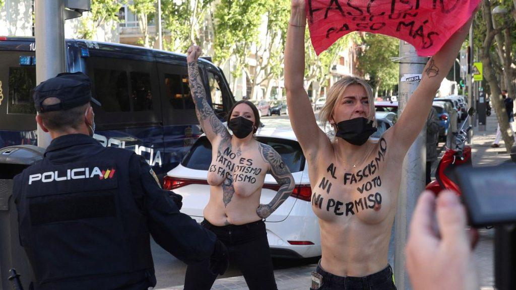 Activistas de Femen protestan con el torso desnudo a las afueras del colegio en el que vota Monasterio