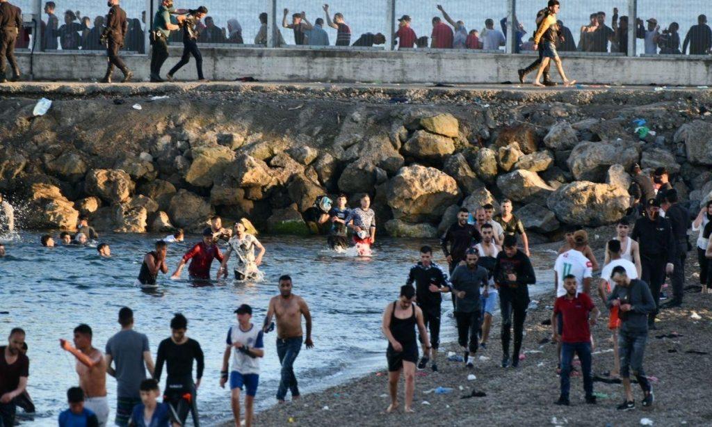 Ciudadanos de Ceuta se confinan en sus casas intimidados por la llegada de 10.000 ilegales