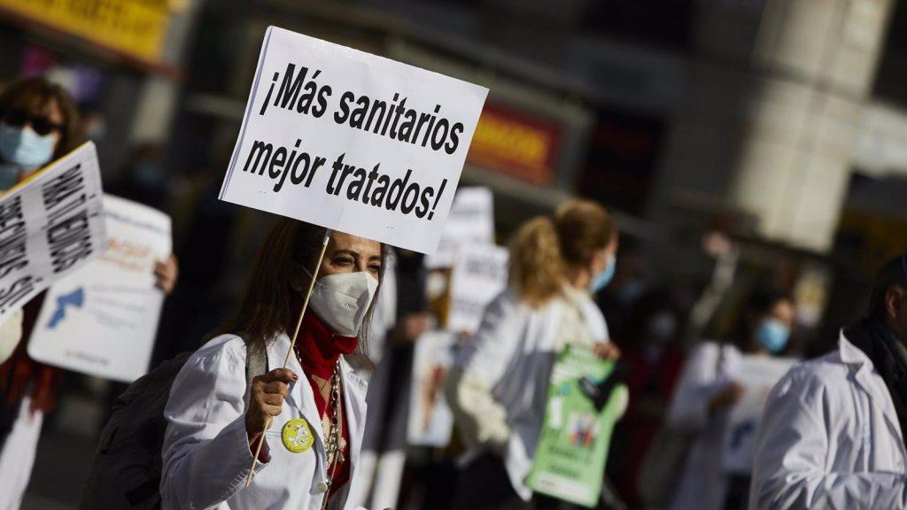 El colectivo médico se concentra frente al Ministerio de Sanidad contra la adjudicación telemática de plazas MIR