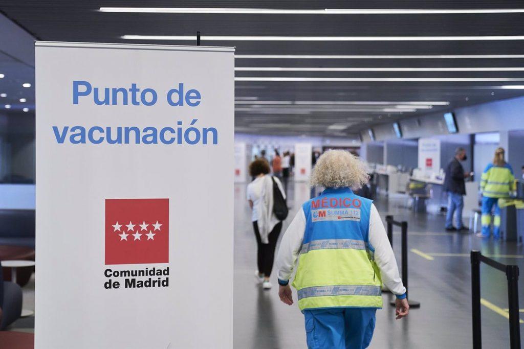 Las personas de 55 y 56 años podrán pedir cita en el sistema de autovacunación desde este lunes