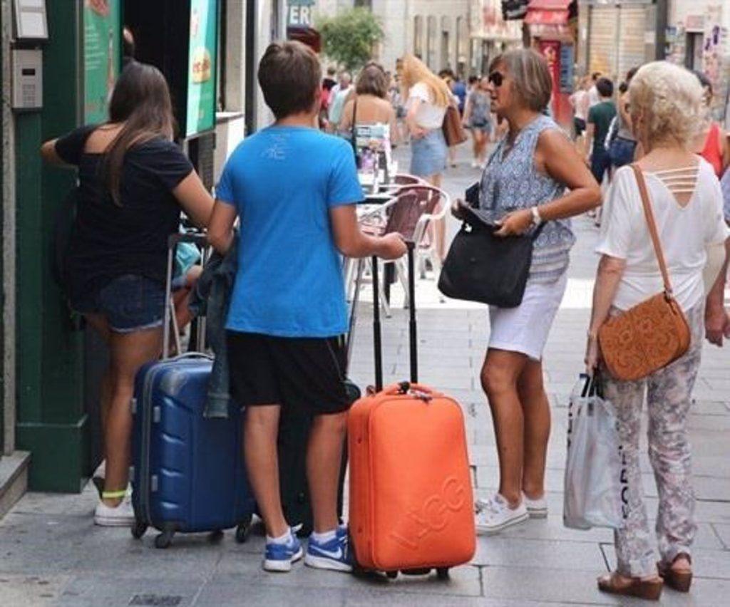 """Vecinos emprenderán acciones legales contra la Comunidad por su """"inacción"""" ante las viviendas turísticas"""