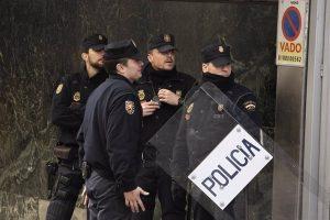 Citados como investigados los policías que derribaron la puerta de un piso durante una fiesta