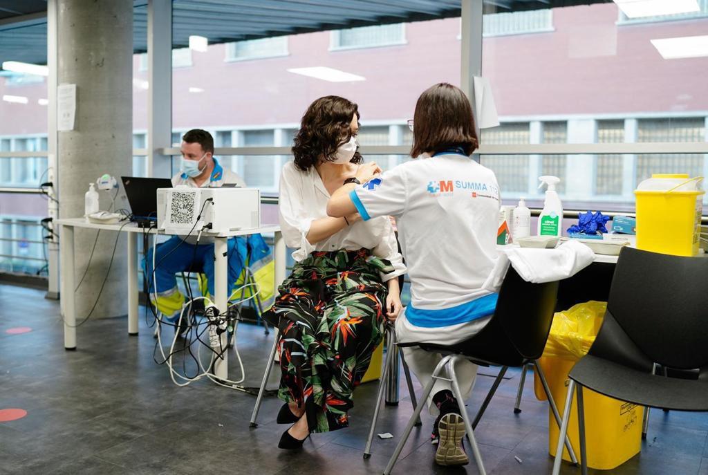 Isabel Díaz Ayuso recibió este lunes la vacuna de Pfizer en el WiZink Center