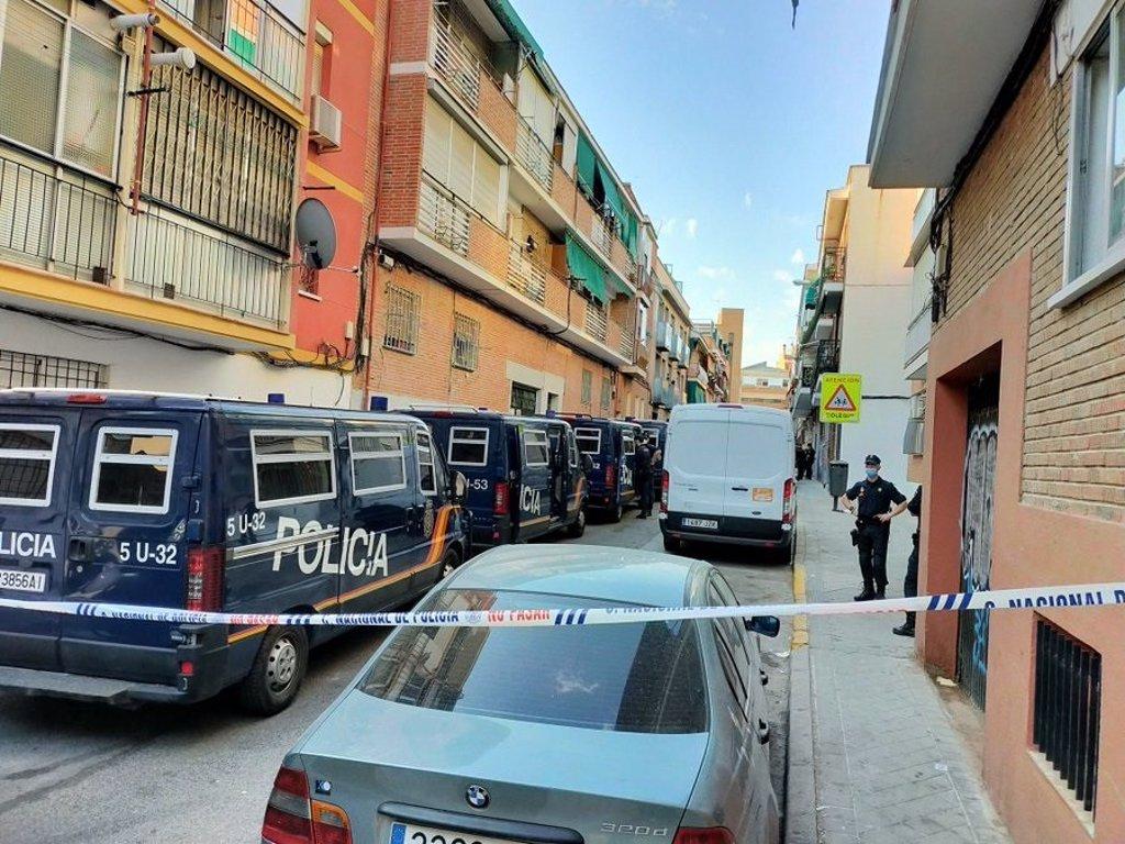 La Policía desaloja a 40 'okupas' que vivían en dos edificios de Carabanchel desde 2015