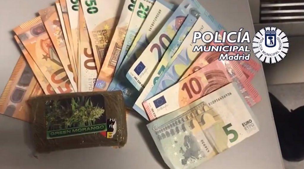 Detienen a un joven por venderle marihuana a otro en una calle de Hortaleza
