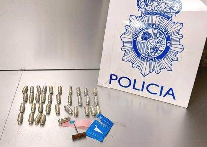 Detenido en Barajas por transportar 38 envoltorios de cocaína en el interior de su cuerpo