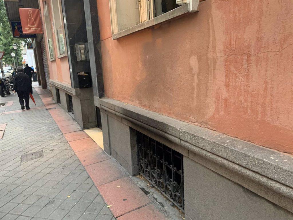 Rescatan a un hombre intoxicado de gravedad de un incendio de su casa en el distrito de Salamanca