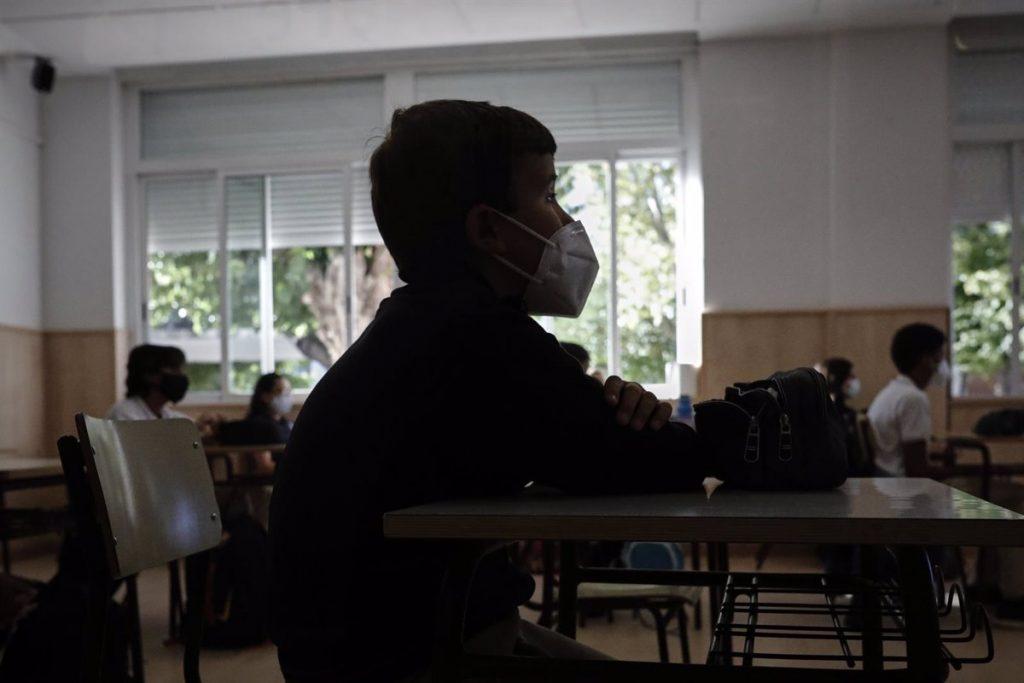 Las mascarillas dejarán de ser obligatorias en los patios de los colegios de Madrid a partir del lunes