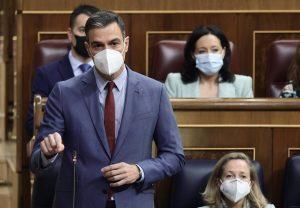 Sánchez vuelve a cargar contra Ayuso por sus críticas a la descentralización